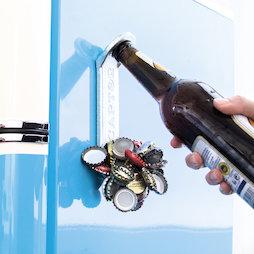 M-91, Magnetische flessenopener 'Captor', om bijv. aan de koelkast te hangen, met kroonkurken-inzamelaar aan de voorkant